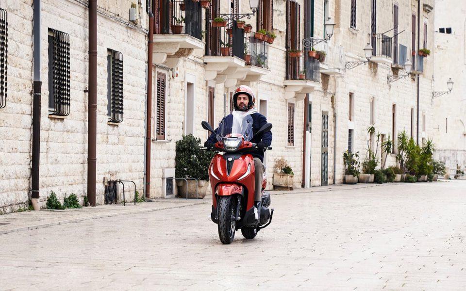 Piaggio, der neue Beverly fahrend